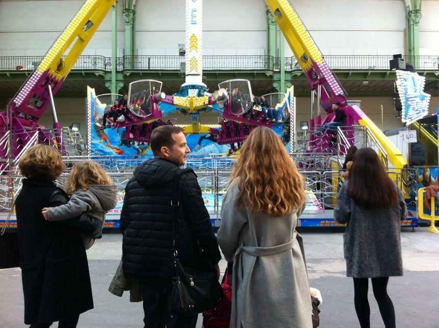 Un manège à sensations fortes à la fête foraine du Grand Palais.