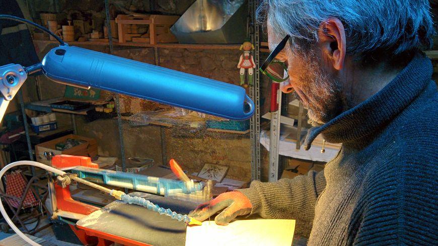 L'ébéniste Dominique Montfort dans son atelier, à Puy-Saint-Martin (Drôme)