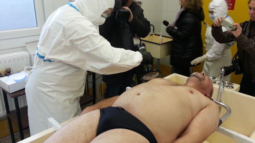 On évalue la radio activité sur le blessé