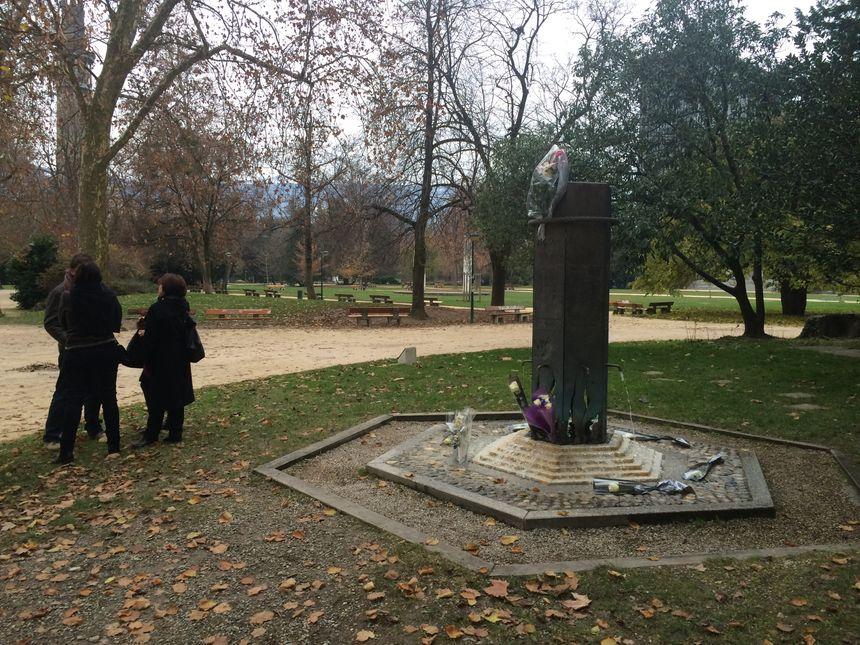 Les proches des victimes rassemblés devant le mémorial à Grenoble.