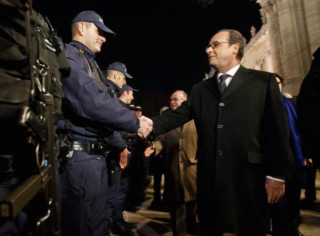 Hollande visite les forces de sécurité