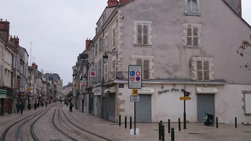 à droite, l'un des deux immeubles de la rue des Carmes qui sera démoli