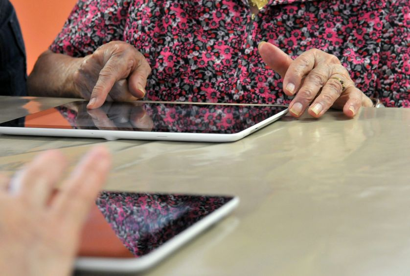 Personnes âgées utilisant des tablettes numériques