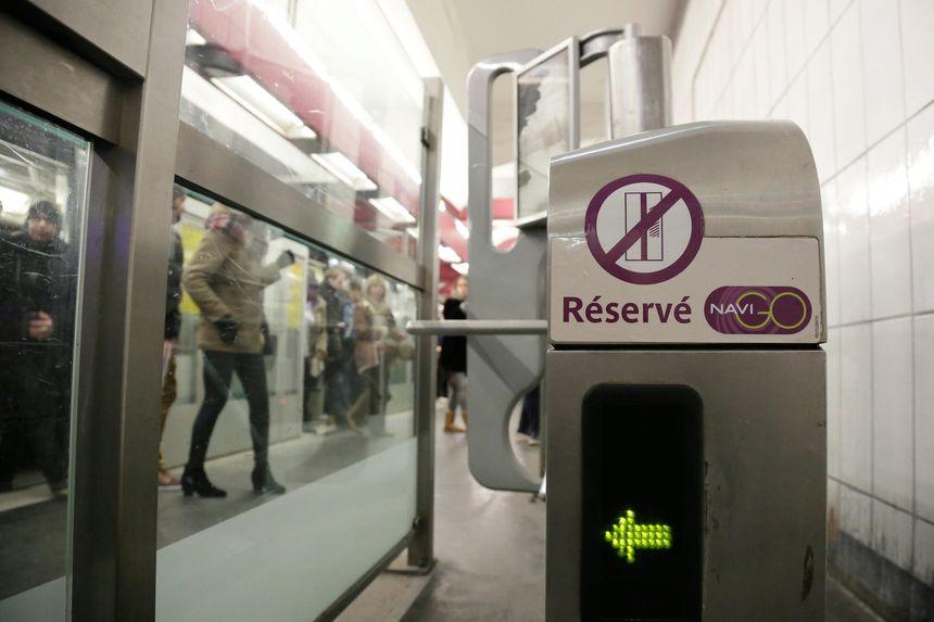 Un portique à badge, ici dans le métro parisien.