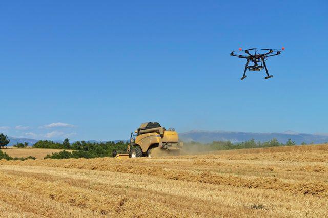 Drone au-dessus d'un champ à Valensole, rovence-Alpes-Cote d'Azur, France