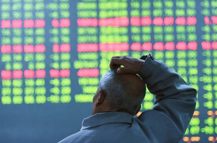 Un investisseur regarde un panneau