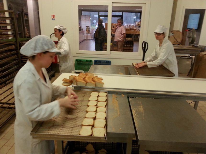Les tranches de pain de mie sont déposées sur des grilles avant cuisson