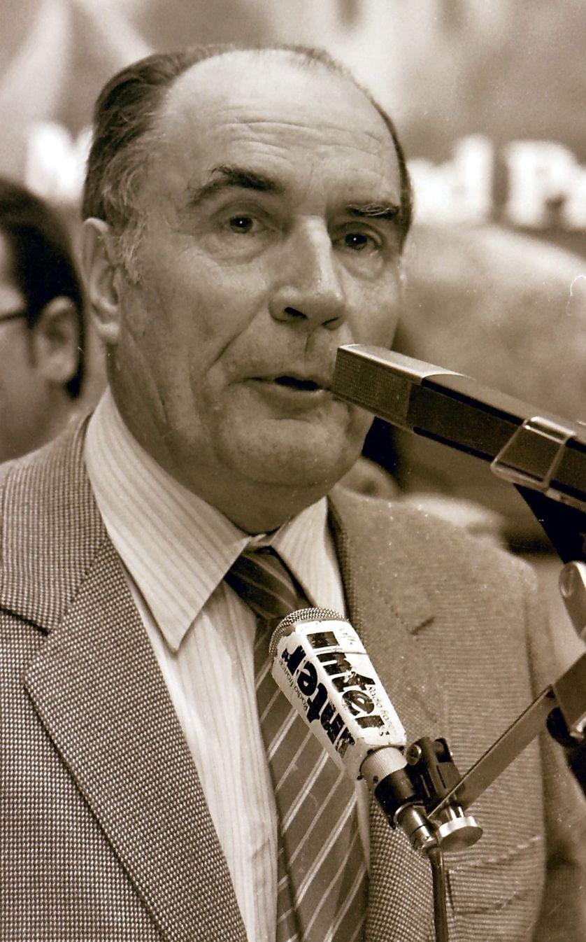 François Mitterand en visite dans la ville miniere de Freyming merlebach le 6 avril 1981