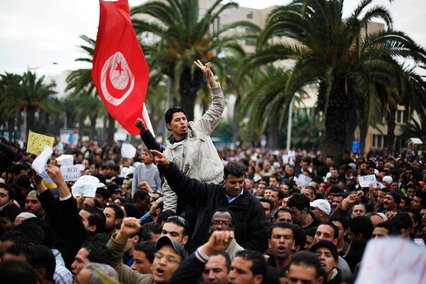 Des manifestants demandent le départ des ministres liés au président déchu Ben Ali, à Tunis, le 20 janvier 2011