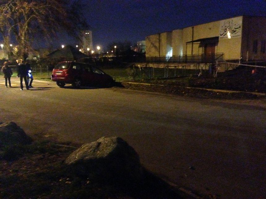 Le conducteur de cette Peugeot rouge a été stoppé par les militaires
