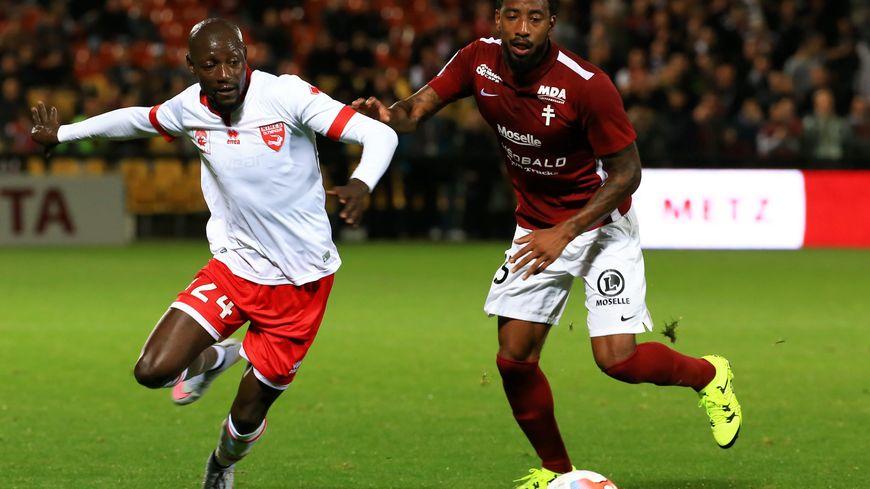 Romain Métanire (à droite) le latéral droit du FC Metz