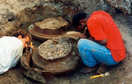 Dégagement d'une fausse à poterie (Lapita)