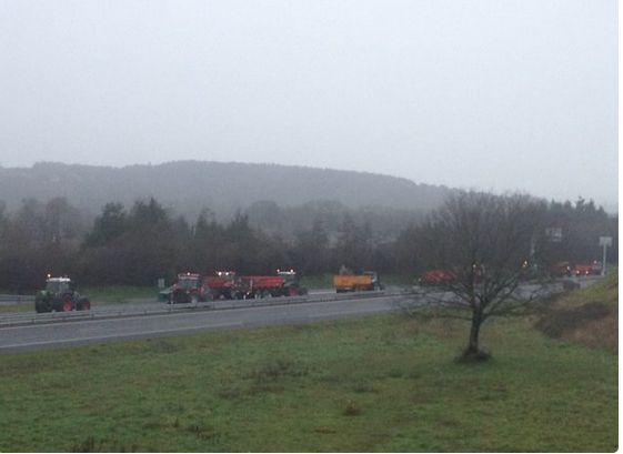 Les tracteurs se mettent en place sur RN 137 à Bain de Bretagne