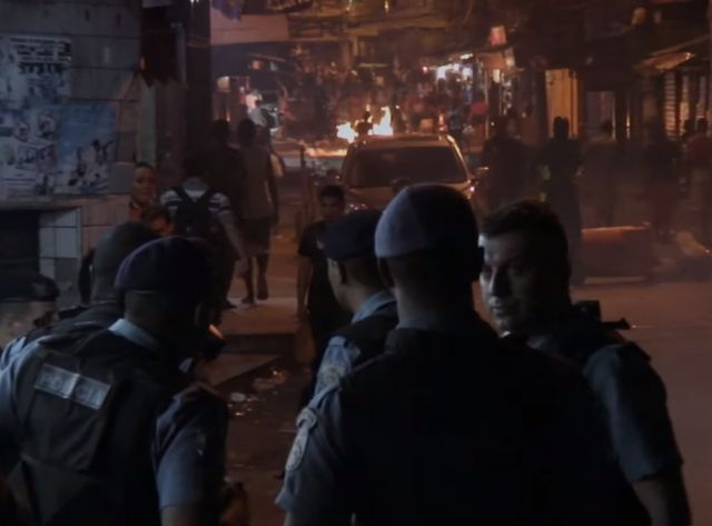 """Capture d'écran du documentaire """"À Queima Roup"""" (""""A bout portant"""") de Theresa Jessouroun, sur les violences policières au Brésil"""