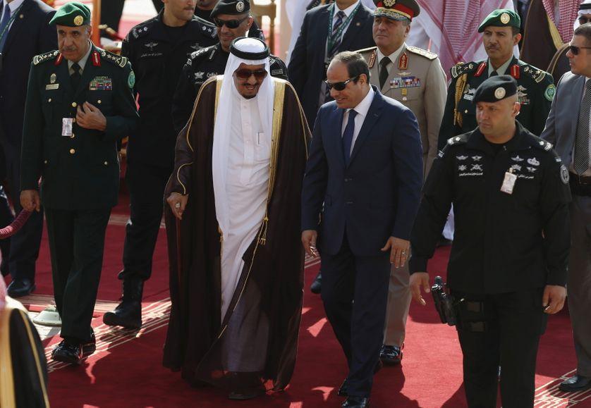 Saudi King Salman bin Abdulaziz (C-L) walks with Egypt's President Abdel Fattah al-Sisi during a welcoming ceremony upon al-Sisi
