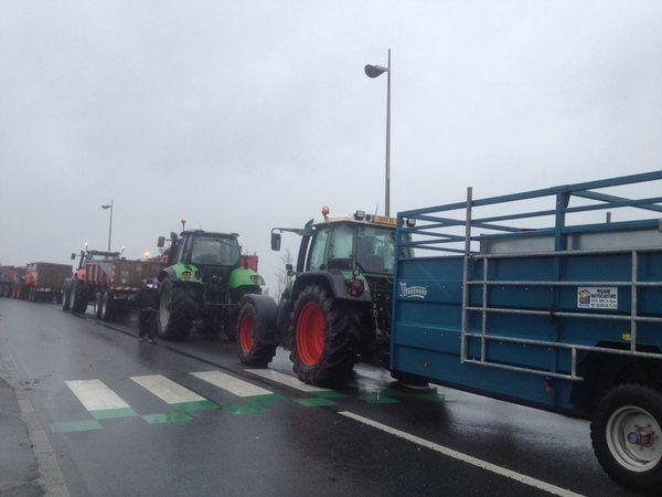 Les agriculteurs bloquent la circulation RN 137 à Bain de Bretagne