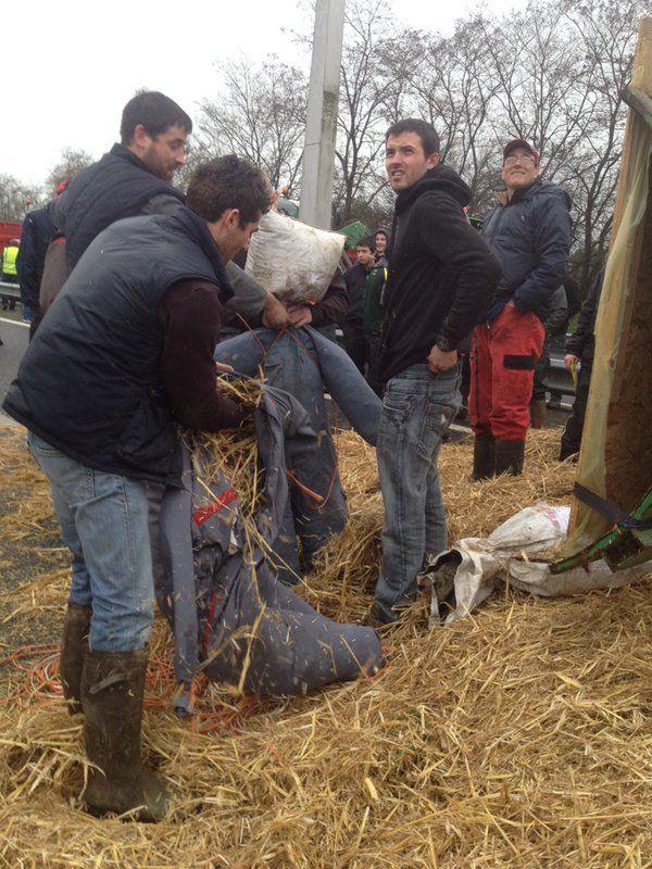 Les agriculteurs fabriquent des mannequins en paille sur la RN 137