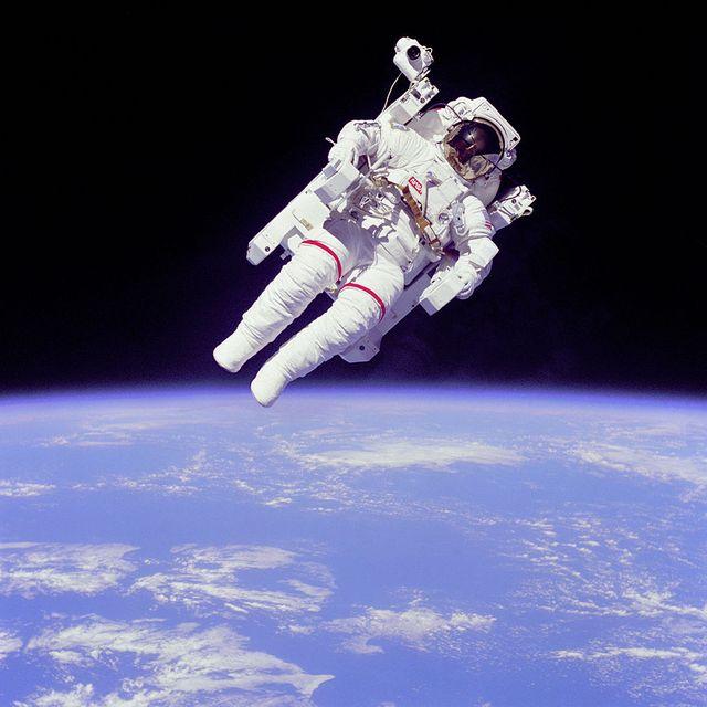 L'astronaute Bruce McCandless II à quelques mètres de la navette Challenger