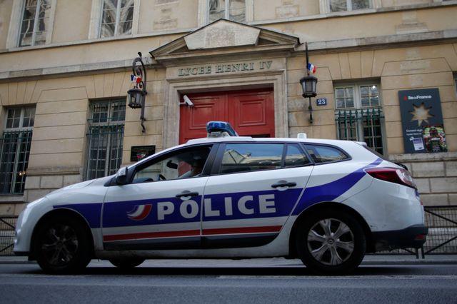 Patrouille de police devant le lycée Henri IV