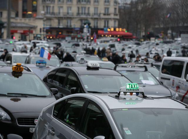 Les taxis mobilisés Porte Maillot à Paris
