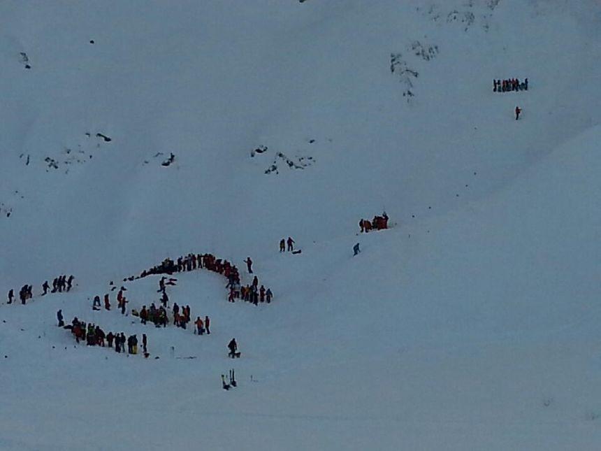 Une trentaine de secouristes ont sondé la neige peu de temps après la coulée