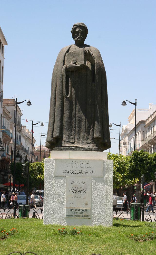 Statue d'Ibn Khaldoun sur l'avenue Habib Bourguiba à Tunis en 2007