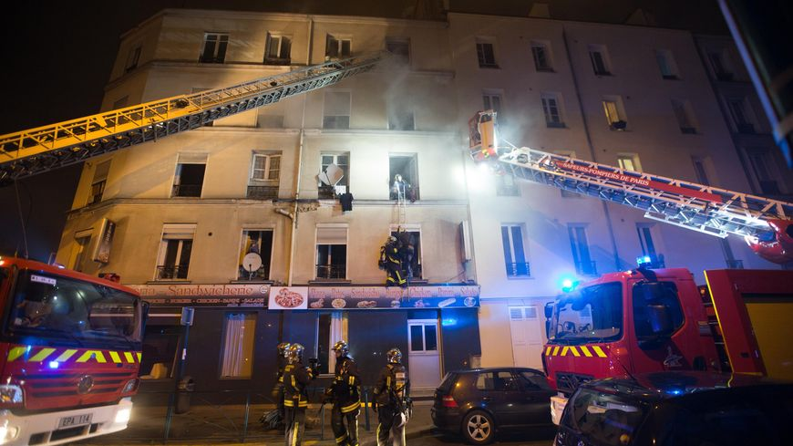 Les pompiers ont déployé plusieurs échelles