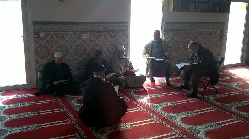 Beaucoup de livres de prières disponibles, dans la grande salle de la mosquée.