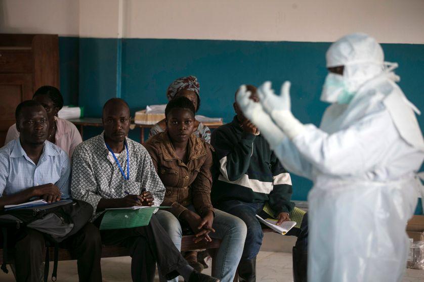 Employé de la Croix-Rouge à Koidu en Sierra Leone, décembre 2014.