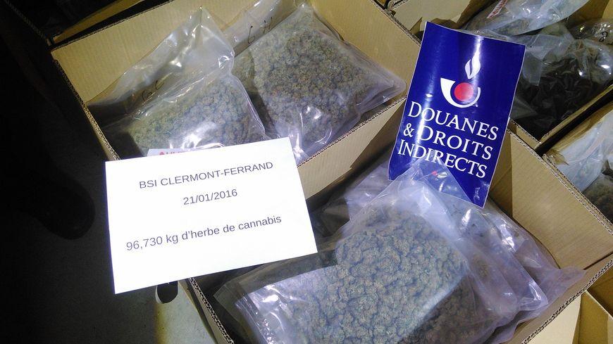 17 cartons contenant de l'herbe saisis par les douaniers de Clermont