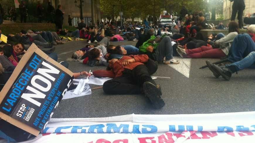 Des opposants lors d'une manifestation contre le gaz de schiste à Montélimar.