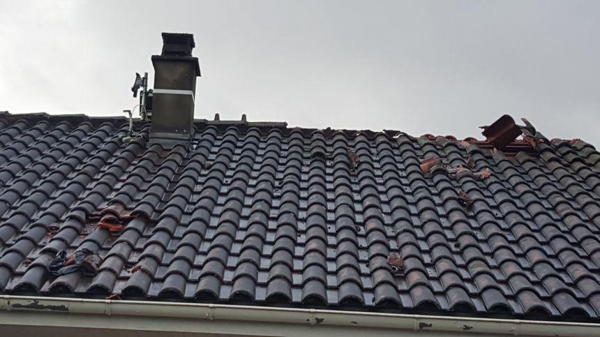 Les toitures des maisons sont endommagées