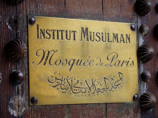A l'entrée de la Mosquée de Paris