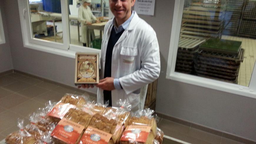 Le directeur Sylvain Boucher devant des biscottes authentiques