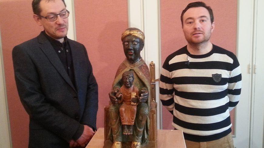 La vierge noire sera restaurée par Samuel Cherprenet, à droite.