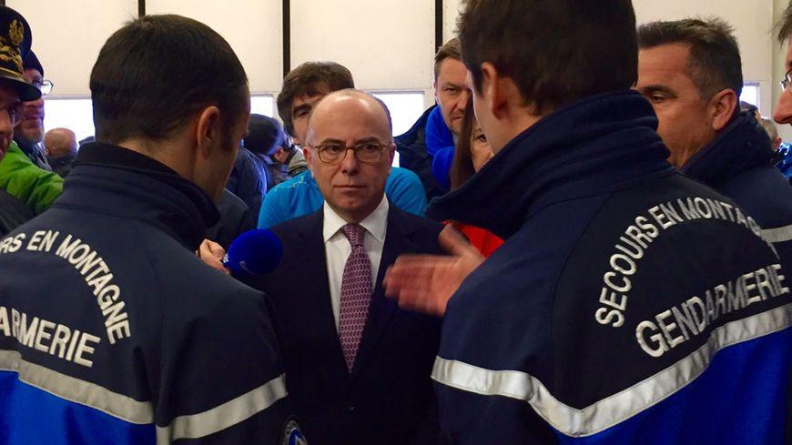 Bernard Cazeneuve avec les secouristes du PGHM de Chamonix.