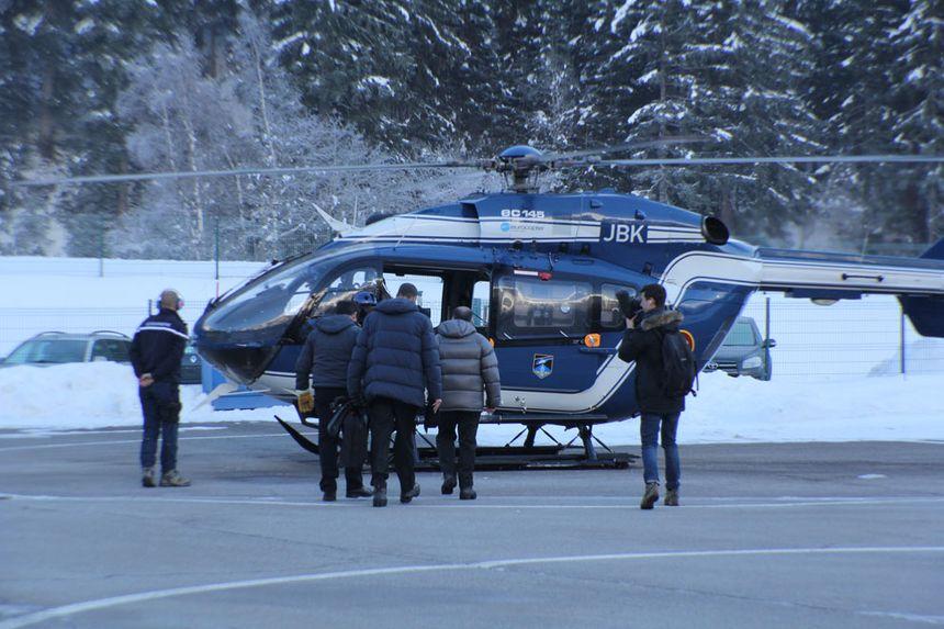 Bernard Cazeneuve monte dans l'hélicoptère du PGHM de Chamonix.