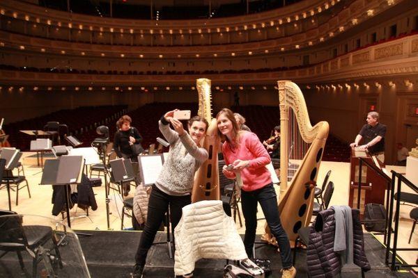 Selfies de musiciens devant la salle Isaac Stern du Carnegie Hall de New York. (© Victor Tribot Laspière/France Musique)