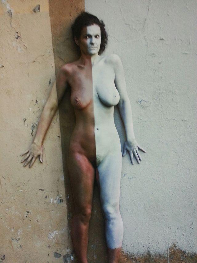 « Elle est vraiment belle cette femme collée au mur »