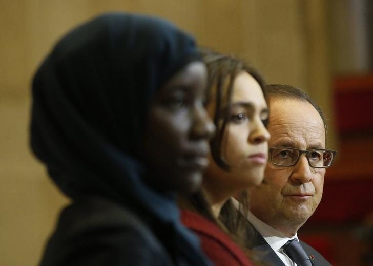 Deux étudiantes aux côtés de François Hollande 06 mai 2015