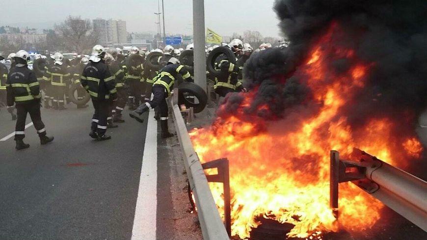 Les pompiers des Alpes-Maritimes manifestent sur l'autoroute A8, à Nice.