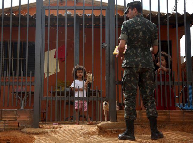 Des militaires font du porte à porte pour sensibiliser sur les risques de Zika