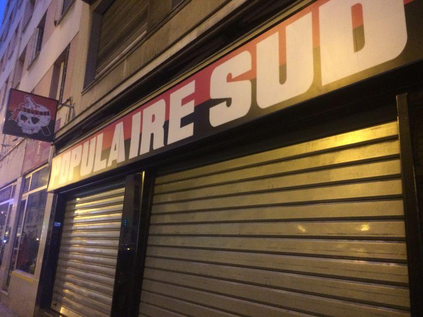 Rideau baissé pour la boutique de la Populaire Sud, après les perquisitions.