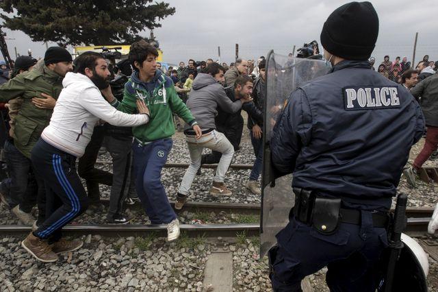 La police macédonienne a tiré des gaz lacrymogènes pour disperser des centaines de migrants et de réfugiés qui ont pris d'assaut