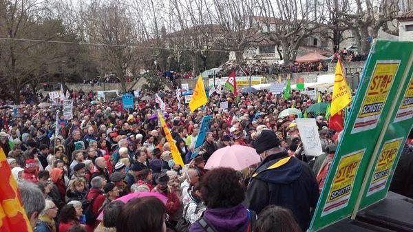 Les opposants manifestent depuis 14 heures à Barjac dans le Gard.