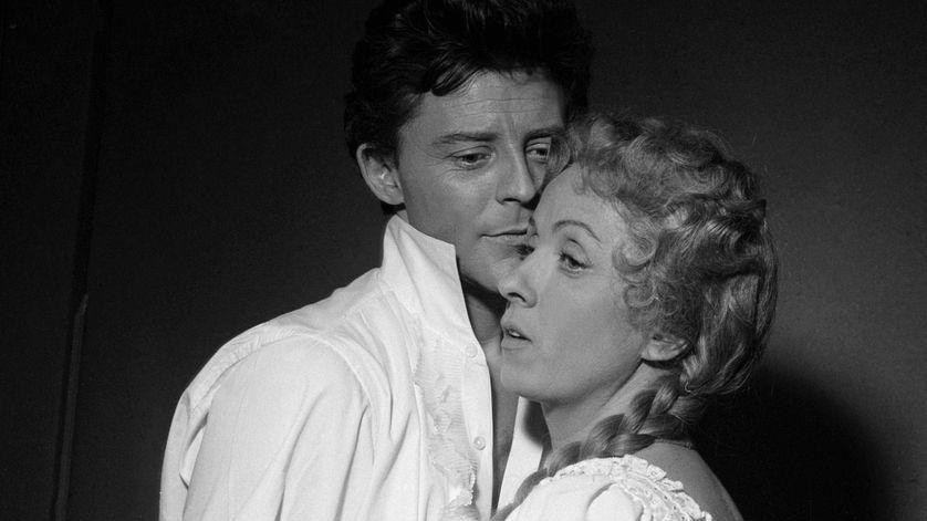 """Gérard Philippe et Danielle Darieux dans l'adaptation du """"Rouge et le noir"""" 1954"""