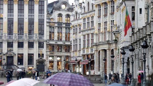 Johnny est un chanteur belge de Solenn Denis (4/5) :  Il pleut à Bruxelles.