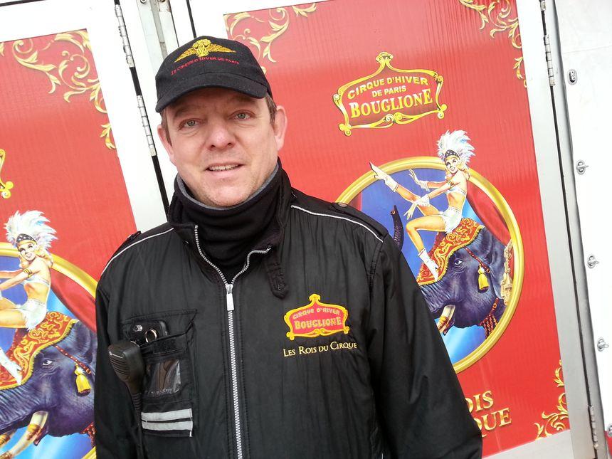 Thierry Bouglione, le directeur technique, coordonne l'installation