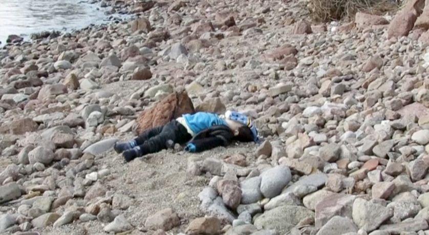 Le corps d'un enfant mort noyé sur les côtes de la mer Egée