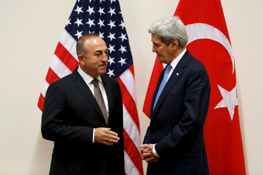Mevlut Cavusoglu, à Bruxelles lors d'une réunion de l'Otan, avec J. Kerry